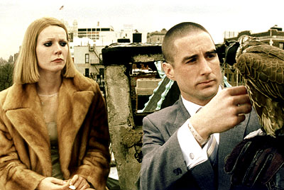 Margot-Gwyneth-Paltrow-talks-with-her-brother-Richie-Luke-Wilson-and-his-falcon-Mordecai-in-Touchstones-The-Royal-Tenenbaums-2001-5